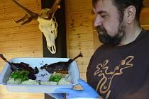 V horském areálu Lesná připravili celé husí menu, které gurmetům vydávali z občerstvovacího okénka.