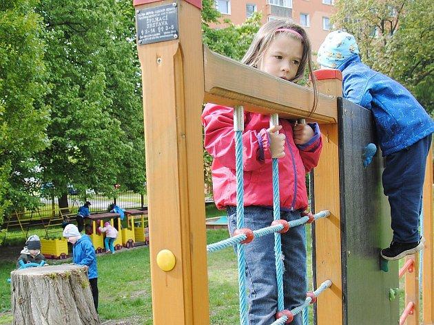 V zahradě Kaštánku už si nebudou hrát jen tamní předškoláci. Přístup tam mají i děti a dospělí z města.