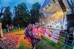 Kapela Disco Balls vystoupila na koncertu hudebních skupin, který je součástí festivalu Otevřeno.