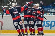 Chomutovští hokejisté se radují po domácí výhře nad pražskou Spartou.