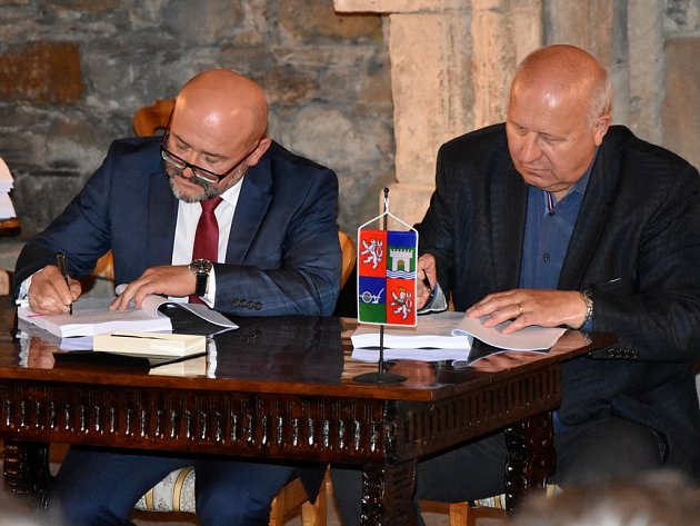 Hejtman Ústeckého kraje Oldřich Bubeníček (vpravo) a Zdeněk Novák, ředitel oblasti Čechy západ společnosti Eurovia při podpisu smluv.