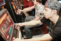 HAZARD. Zatímco v Chomutově herny s klasickými automaty zakazují, v Jirkově teď jednu novou povolili. Spoléhají na to, že majitelé splní svůj slib a zaručí bezpečnost.  Ilustrační foto: