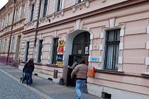 Česká pošta sídlí v centru Jirkova, což je strategicky výhodné místo. Prostory jsou však kapacitně nedostatečné, zákazníci tak musejí čekat na obsloužení ve frontách, a to často i venku před domem.