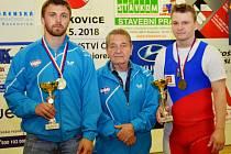 Úspěšní chomutovští vzpěrači. Zleva Lukáš Kříž, trenér František Filip a Jakub Drnec.