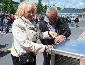 Pípu společně narazili starostka Vejprt Jitka Gavdunová a starosta Bärensteinu Bernd Schlegel.