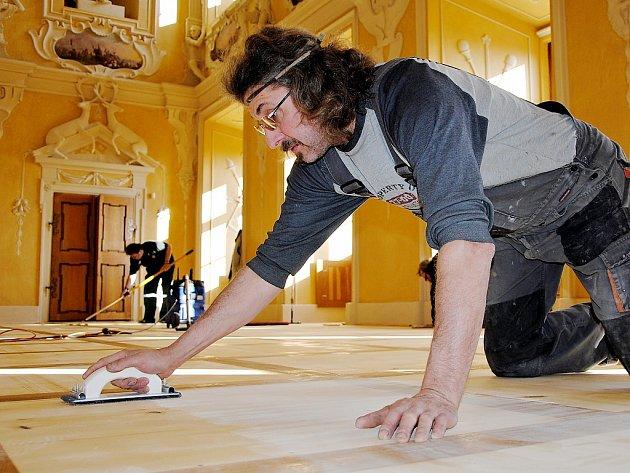 Luboš Sládek ručně brousí podlahu Rytířského sálu v Červeném Hrádku