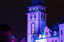 Městská věž v Chomutově se během roku při různých akcích odívá do různých barev, stává se promítacím plátnem a nebo při Hodině Země zcela potemní
