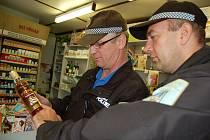 """Chomutovští strážníci kontrolují prodejny a upozorňují na nebezpečí, které skýtá """"smrtící"""" alkohol."""