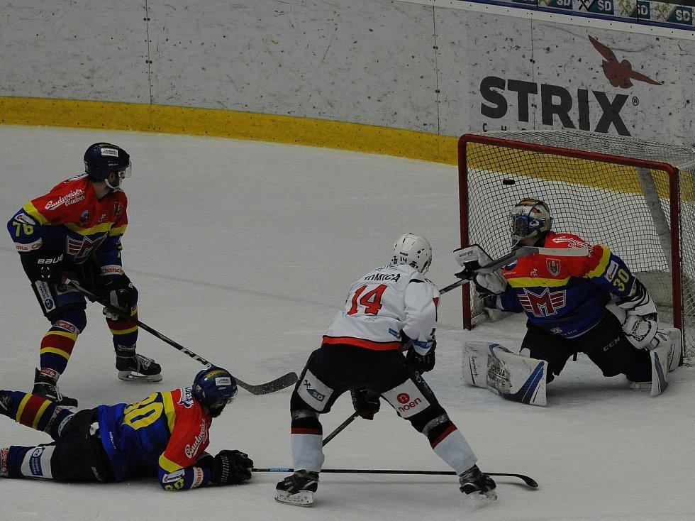 Běží 18. minuta utkání a Marek Tomica (v bílém dresu) dostává Piráty do vedení.