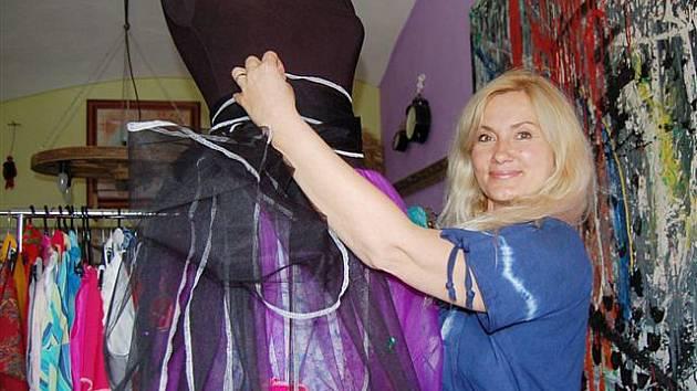 Lada Hellerová čechrá róbu se sukní z dvanácti metrů látky. Jeden z nejlepších kousků.