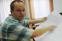 Starosta Pavel Ašenbrener nad plány.