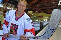 """Oblíbené číslo Kláry Chmelové je... """"Sedmdesát sedm. V národním týmu mám ale trojku, tam mi to nějak nevyšlo,"""" usmívá se osmnáctiletá hokejistka."""