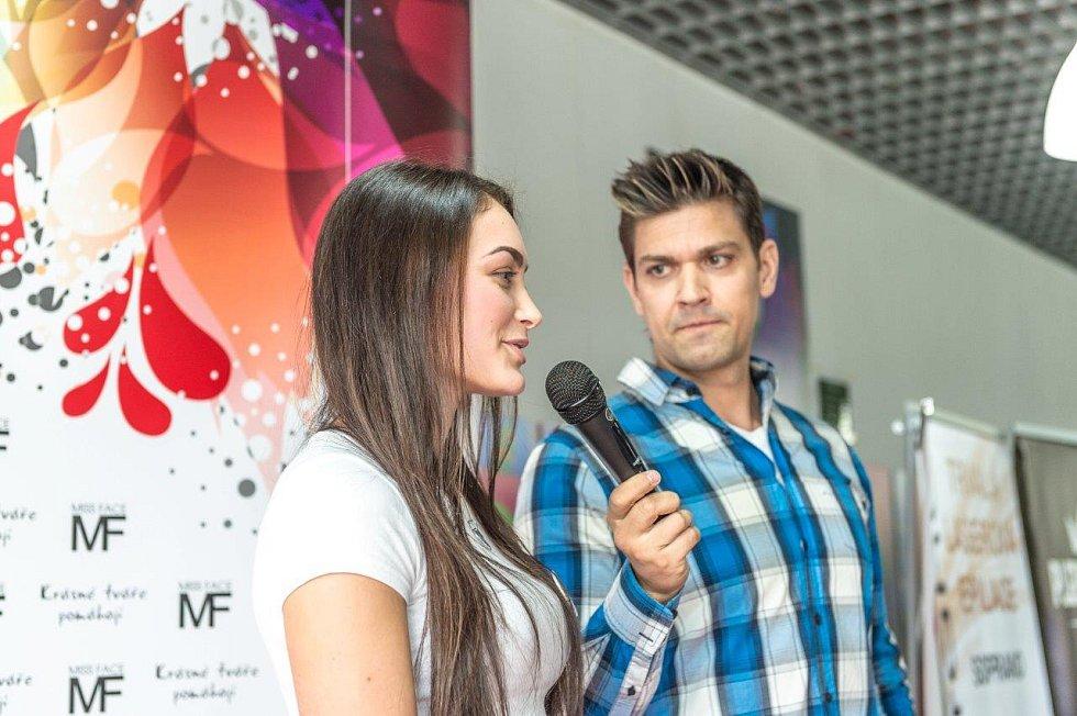 Dívky zpovídal a castingem provázel moderátor Petr Vojnar.