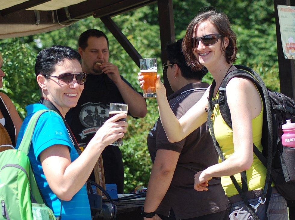 Ochutnávka piva u stánku chomutovského pivovaru Karásek a Stülpner.