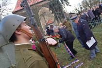 VĚNCE přišli k pomníku položit zástupci města, legionářské obce i váleční veteráni. Všichni měli v klopě symbol vlčího máku s trikolorou.