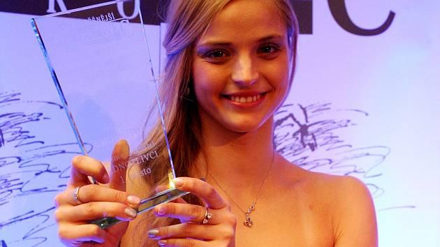 Simona Baumrtová, královna chomutovského sportu, s cenou pro Nejúspěšnějšího sportovce Chomutovska.