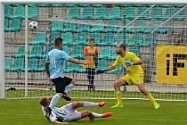 Gólman Sokola Hostouň se marně dívá na míč, který nezadržitelně míří počtvrté do sítě.