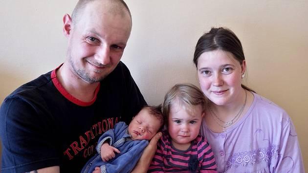 Daniel Jarolík se narodil 19. dubna 2018 v 0.21 hodin rodičům Janě Jarolíkové Danišové a Jiřímu Jarolíkovi ze Škrle. Vážil 2,75 kg a měřil 48 cm. Na snímku je i sestra Claudie.