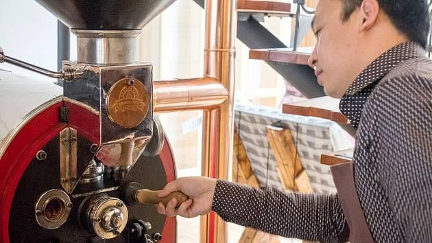 Huy Nguyen praží kávu přímo v kavárně.