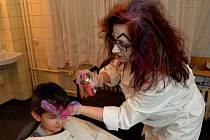 Šílená kadeřnice tvořila dětem na hlavách zajímavé kreace.