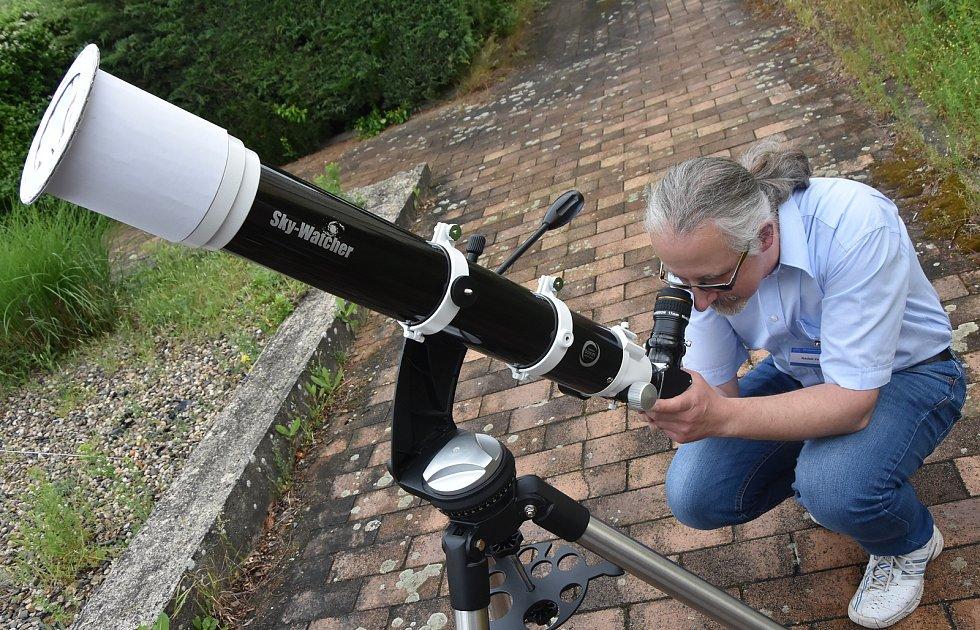 Radek Zozulák se svým zrcadlovým teleskopem.