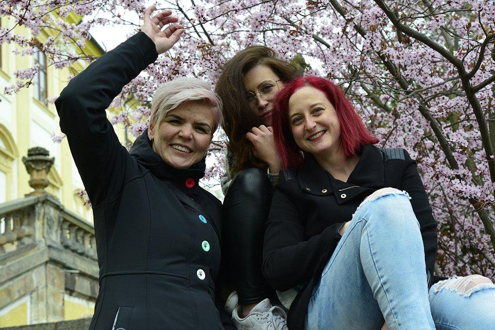Pro polibek pod rozkvetlým stromem si došli na Červený Hrádek