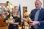Marek Hrabáč, primátor města Chomutova v doprovodu svých dvou náměstků slavnostně předal velký putovní pohár pro Sportovce měsíce Ústeckého kraje Simoně Kubové Baumrtové.