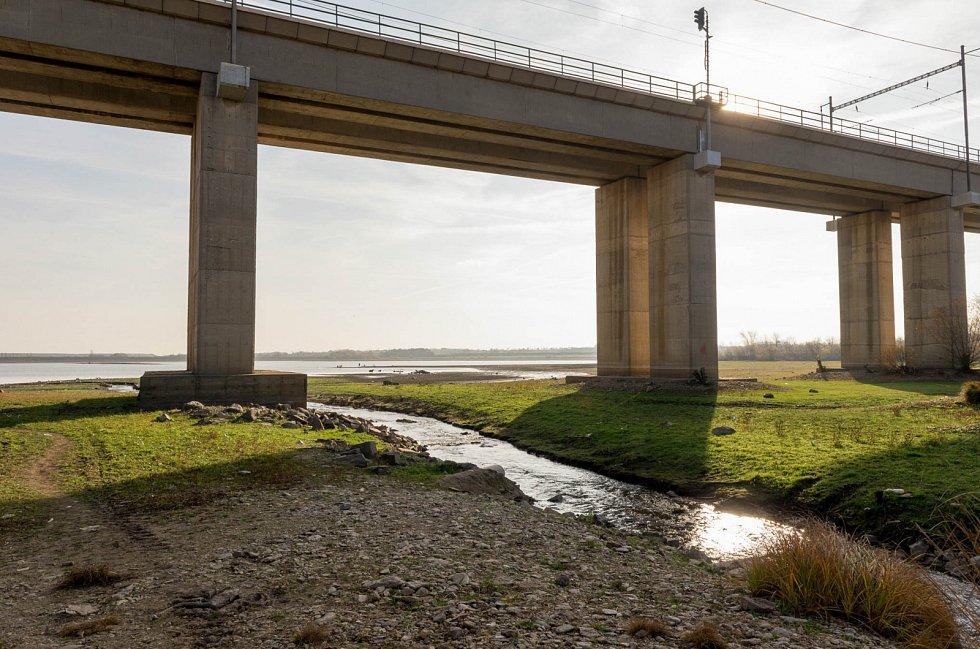 Viditelný nedostatek vody v nádrži Újezd.