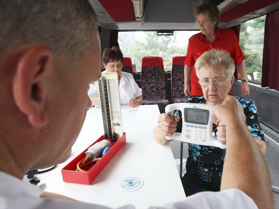 Lékaři zdravotnického autobusu VZP zájemců odhalí, jak jsou na tom se zdravím.