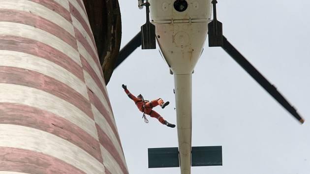Tři osoby uvízlé na komíně evakuovali s pomocí podvěsu pod vrtulníkem.