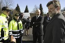 Ministr vnitra Jan Kubice (vpravo) navštívil severočeské pohraničí, aby se zaměřil na drogovou kriminalitu. Druhý zprava je náměstek ministra vnitra Jaroslav Hruška.