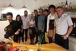 Osobnosti Chomutova v Café Jacques roznášely kávu hostům.