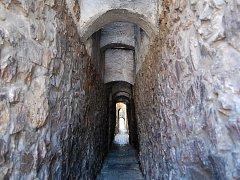 Prampouchy, středověké opěrné oblouky, v kadaňské Katově uličce