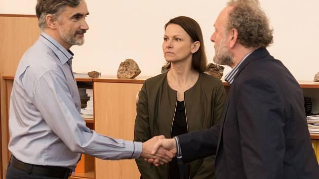 Snímek z připravovaného filmu Kam motýli nelétají. Jaroslav Dušek (vpravo) si v něm zahraje ředitele gymnázia.