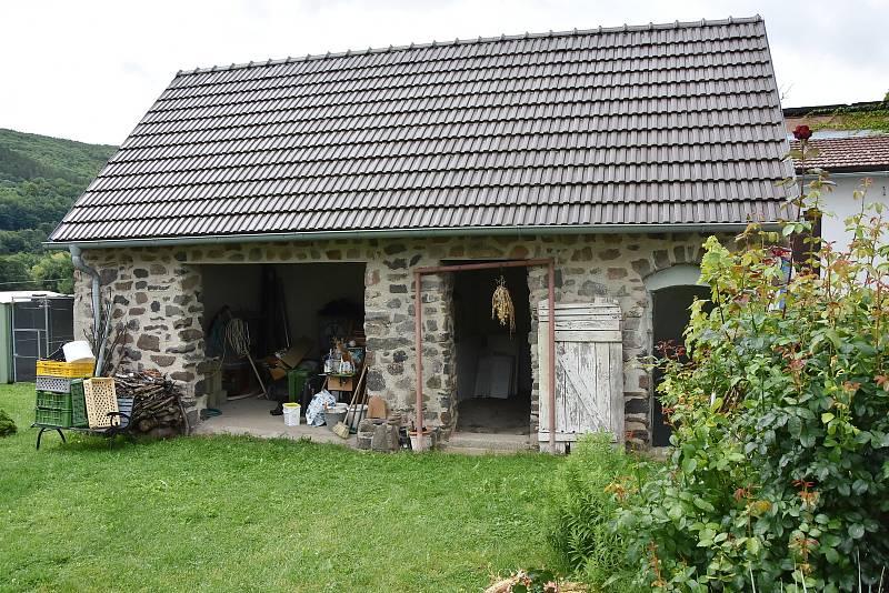 Ve stodole je středověká kamenná podlaha.