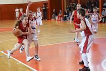 Nejmladší kategorie Levhartů (v bílém) skončila na jaře 2013 na Mistrovství ČR v Pardubicích na šestém místě.