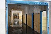 Ze stropů stékají vydatné čůrky vody a krmí kaluže na podlaze.