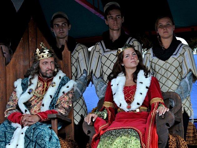 Svůj první Císařský den si Jeho veličenstva náležitě užívala. Královské město Kadaň přijalo jejich návštěvu se vší úctou a pokorou, jak se sluší a patří. Vydrží vznešený pár na panovnickém stolci stejně jako jejich předchůdci dvě desetiletí?