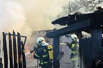 Oheň zachvátil zahradní chatku v kolonii na Pražské ulici.