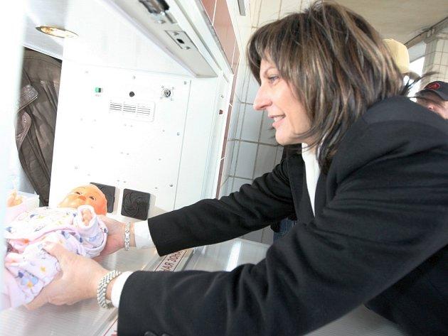 Schránka pro odložené děti babybox je už i v Chomutově. Jako první si v ní poležela panenka dcery primátorky.