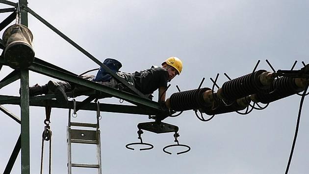 """VÝMĚNA. Shořelo """"pouze"""" záložní vedení pro tušimickou elektrárnu, její provoz bezprostředně ohrožen nebyl."""