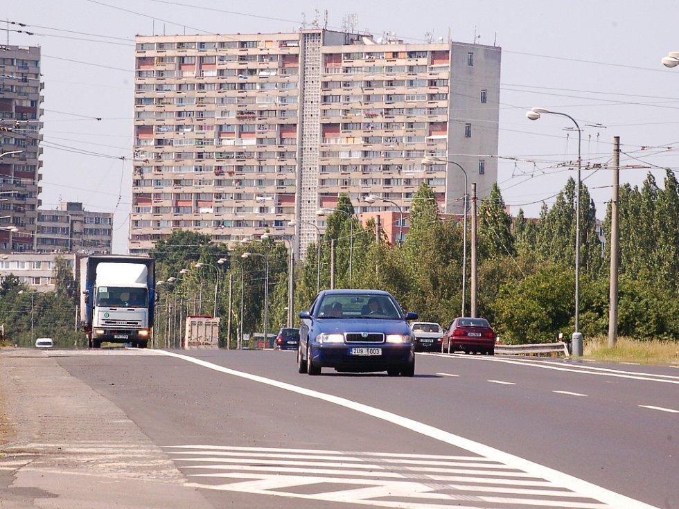 Silnice 1/13 v úseku pod sídlištěm Březenecká, kde k nehodě došlo.