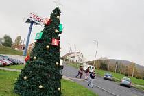 Vánoční stromek u jirkovského Tesca.