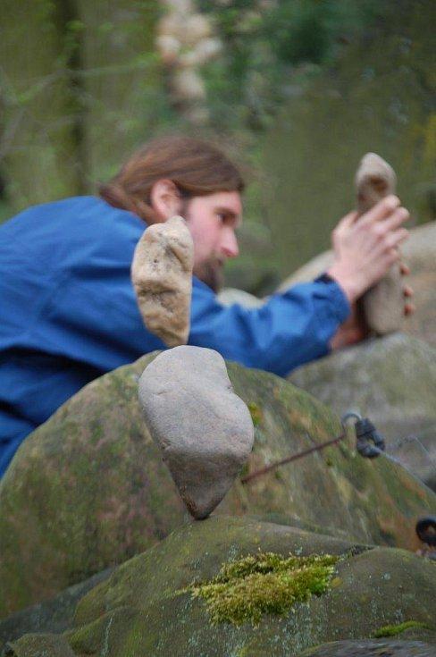 """Lukáš Vosmík a jeho """"stone balance"""". Chce to trpělivost. Desítky minut trpělivosti...."""