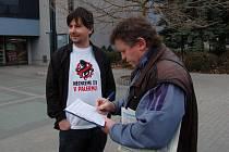 Podepisování petice v Chomutově