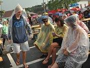 Pláštěnky a deštníky se hodily.