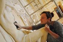 OČISTA. Restaurátorka Kristina Preusler omývá jednu ze soch u stropu Rytířského sálu.