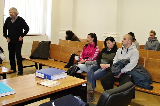 Obžalovaní (sedící vpředu) před soudem
