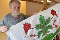 Starostka Kalku Tomáš Nedvěd se vlajkou obce. Ve znaku má tři zlaté zkřížené kované hřeby a klikvu bahenní, která je typickou rostlinou pro vřesoviště.