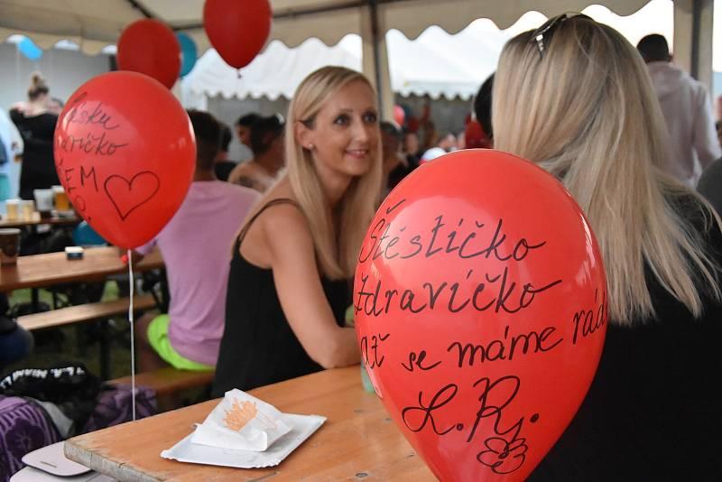 Ve Strupčicích se rozloučili s dobou covidovou. K nebi vyslali stovky balonku se vzkazy.